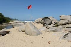 Röd flagga på stranden Arkivfoton