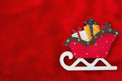 Röd flott päls och en Santa Sleigh med gåvajul Backgro Arkivbild