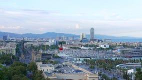 Röd flyttning för kabin för kabelbil över Barcelona den gamla staden stock video