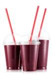 Röd fruktsmoothie i format tre av den älsklings- koppen arkivbilder