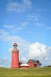 Röd fyr Bovbjerg Fyr med grönt gräs och blå himmel Royaltyfria Foton