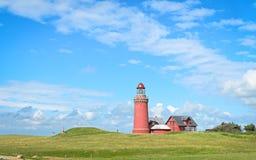 Röd fyr Bovbjerg Fyr med grönt gräs och blå himmel Fotografering för Bildbyråer