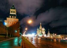 Röd fyrkant med den Basil Cathedral Moscow för Kremlvägghelgon natten fotografering för bildbyråer
