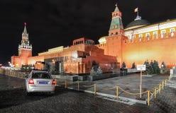 Röd fyrkant vid natt i Moskva med en sikt av den Lenin mausoleet och polisbilen Royaltyfri Fotografi
