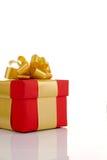 Röd gåva med guldbandet Royaltyfri Foto
