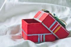 Röd gåvaask arkivbilder