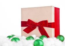 Röd gåvaask för jul med leksaker och snö Royaltyfria Bilder