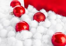 Röd gåvaask för jul med leksaker och snö Arkivfoton