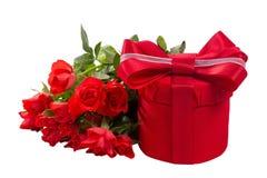 Röd gåvaask med buketten av rosor royaltyfri foto