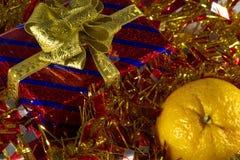 Röd gåvaask med den guld- bandpilbågen arkivbilder