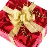 Röd gåvaask med den smarta guld- pilbågen Royaltyfri Bild