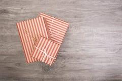 röd gåvaask på wood bakgrund kopieringsutrymme för produktskärm Royaltyfria Bilder