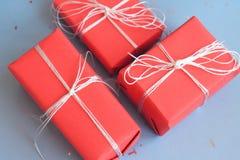 Röd gåvaboxesclose upp på blå bakgrund royaltyfria foton