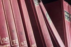 Röd gammal encyklopedi royaltyfri foto