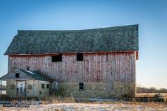 Röd gammal ladugård royaltyfri bild