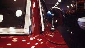 Röd gammal tappningbil Arkivbild