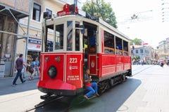 Röd gammalmodig spårväg Istanbul Turkiet Arkivbild