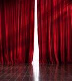 Röd gardinöppning för teater Royaltyfria Foton