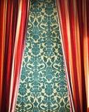 Röd gardin med den damast väggen royaltyfri bild