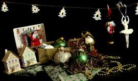 Röd garnering för julguldgräsplan royaltyfria bilder