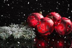 Röd garnering för julträd, röda bollar och grön gran på svart fotografering för bildbyråer