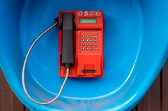 Röd gatatelefon, payphone på väggen Royaltyfria Foton