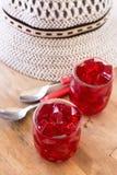Röd gelé, snitt in i tärning, inom två exponeringsglas av exponeringsglas Royaltyfri Foto