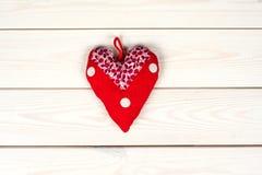 Röd gjord hjärtasymbolhand - Arkivfoto