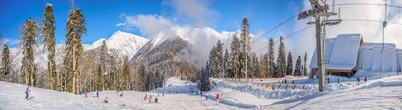 RÖD GLÄNTA, SOCHI, RYSSLAND JANUARI 31, 2016: ` Laura, GAZPROM ` berget och den turist- mitten Nära Sochi Ryssland på Januar arkivbild