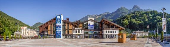 RÖD GLÄNTA, SOCHI, RYSSLAND - JULI 2, 2017: Alpik Ski Center, den lägre stationen av kabelbilar Nära Sochi Ryssland på Juli 2, 20 arkivbild