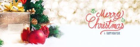 Röd glad jul och handskrift för lyckligt nytt år med xmas-tre royaltyfri bild