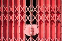 Röd glidbanaståldörr arkivbilder