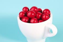 Röd godischokladboll i en kopp Fotografering för Bildbyråer
