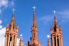 Röd gotisk kyrka Arkivfoton