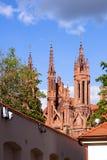 Röd gotisk kyrka Arkivbild