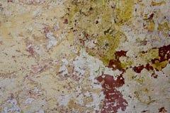 Röd gräsplan för gammal väggmålarfärg Arkivbild