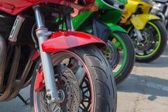Röd gräsplan- och gulingmotorcykel Arkivfoto