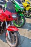 Röd gräsplan- och gulingmotorcykel Royaltyfri Foto