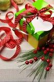 Röd, grön och gul julklapp Arkivbild