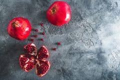 Röd granatrött bär frukt på mörk bakgrund många bakgrundsklimpmat meat mycket Lekmanna- lägenhet, bästa sikt royaltyfri fotografi
