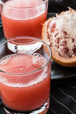 Röd grapefruktfruktsaft Arkivbild