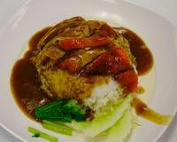 Röd grillad and på ångade ris arkivbild