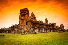 Röd gryningsoluppgång på Angkor Wat från den tillbaka väggen Arkivfoto