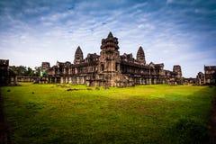 Röd gryningsoluppgång på Angkor Wat från den tillbaka väggen Royaltyfria Foton