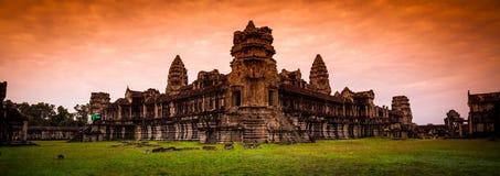 Röd gryningsoluppgång på Angkor Wat från den tillbaka väggen Arkivfoton