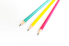 Röd gul gräsplan för blyertspennor, tre blyertspennor på vit bakgrund, blyertspennor, grunt djup Fotografering för Bildbyråer