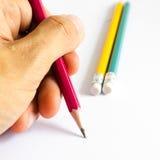 Röd gul gräsplan för blyertspennor, tre blyertspennor på vit bakgrund, blyertspennor, grunt djup Royaltyfri Fotografi