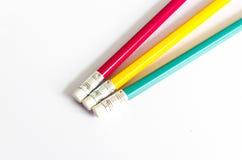 Röd gul gräsplan för blyertspennor, tre blyertspennor på vit bakgrund, blyertspennor, grunt djup Royaltyfria Foton
