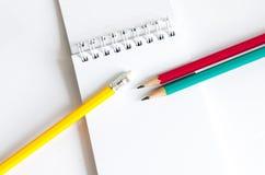 Röd gul gräsplan för blyertspennor, tre blyertspennor på vit bakgrund, blyertspennor, grunt djup Royaltyfria Bilder