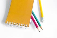 Röd gul gräsplan för blyertspennor, tre blyertspennor på vit bakgrund, blyertspennor, grunt djup Arkivfoton